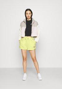 Nike Sportswear - Short - zitron - 1