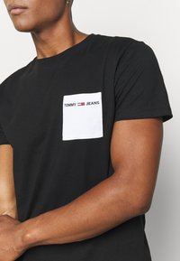 Tommy Jeans - CONTRAST POCKET TEE - T-shirt con stampa - black/white - 4
