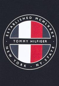 Tommy Hilfiger - CIRCULAR LOGO  - T-shirt con stampa - desert sky - 6