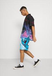 Santa Cruz - TIE DYE HAND BOARDIE - Shorts - blue - 3