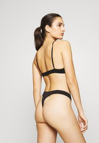 Pieces - PCSYMMI THONG 2 PACK - Thong - black - 2