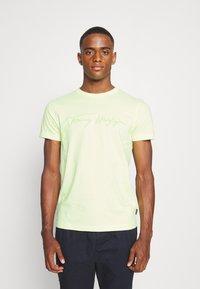 Tommy Hilfiger - SIGNATURE GRAPHIC TEE - T-shirt med print - lumen flash - 0