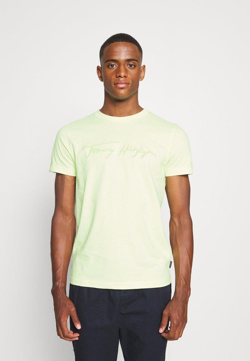 Tommy Hilfiger - SIGNATURE GRAPHIC TEE - T-shirt med print - lumen flash