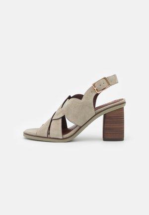 Sandaalit nilkkaremmillä - light olive