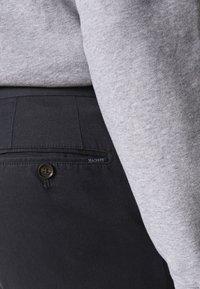 Hackett London - KENSINGTON SLIM - Chino kalhoty - navy - 4