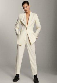 Massimo Dutti - MIT EIN-KNOPF-VERSCHLUSS - Short coat - beige - 1