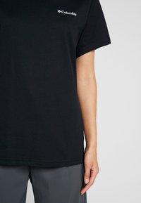 Columbia - NORTH CASCADES TEE - Print T-shirt - black/raw honey/fathom blue box - 5