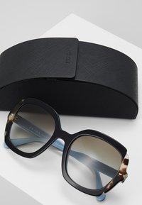 Prada - Sonnenbrille - black azure/spotted brown - 2