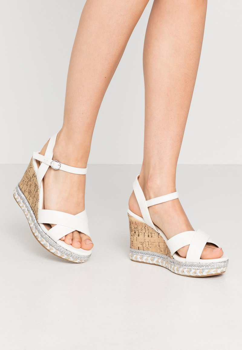 New Look Wide Fit - WIDE FIT PANCY RAND WEDGE - Sandalias de tacón - white