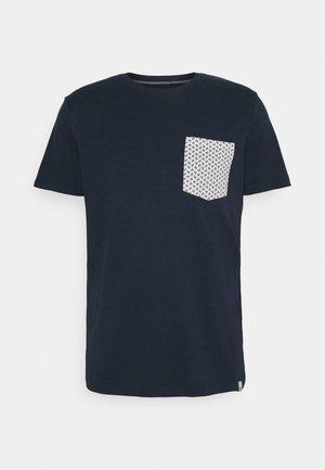 JORCANYON POCKET TEE CREW NECK - Triko spotiskem - navy blazer