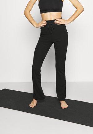LIFESTYLE YOGA FLARE PANT - Teplákové kalhoty - black
