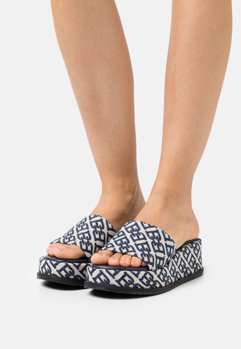 Bally - SYLVIE - Pantofle na podpatku - natural/midnight