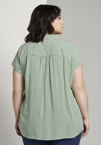 MY TRUE ME TOM TAILOR - SHORT DROP SLEEVE  - Button-down blouse - green offwhite stripes - 2