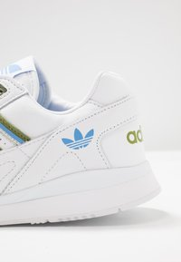 adidas Originals - A.R. TRAINER  - Joggesko - footwear white/tech olive/real blue - 2