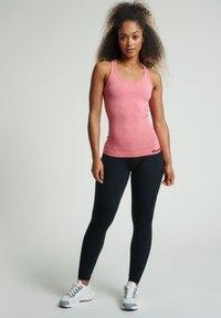 Hummel - SEAMLESS - Sports shirt - sugar coral melange - 1