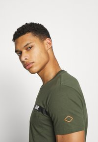 Replay - Print T-shirt - dark military - 4
