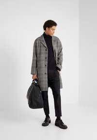 Editions MR - TRISTAN BELTED COAT - Cappotto classico - black/white/ruby - 1