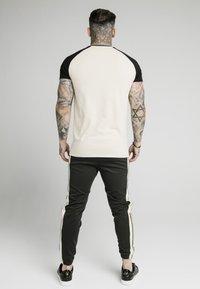 SIKSILK - T-shirt con stampa - ecru & black - 2
