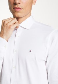 Tommy Hilfiger Tailored - SOLID SLIM SHIRT - Formal shirt - white - 5