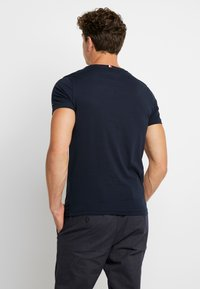 Tommy Hilfiger - BOX LOGO TEE - Camiseta estampada - blue - 2