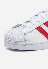 adidas Originals - SUPERSTAR SPORTS INSPIRED SHOES UNISEX - Sneakers basse - footwear white/scarlet - 5