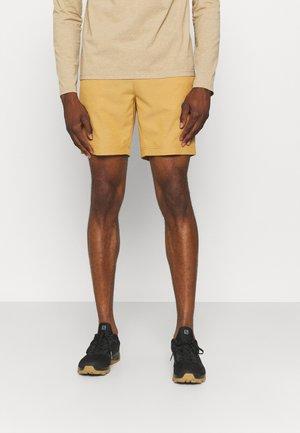 MILFORD - Pantalones montañeros cortos - camel