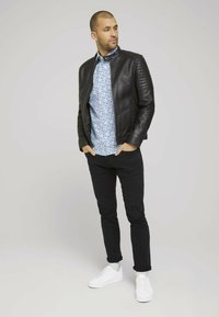 TOM TAILOR - Shirt - white base blue shades design - 1