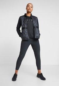 Nike Performance - DRY MILER - T-shirt z nadrukiem - black/black/metallic silver - 1