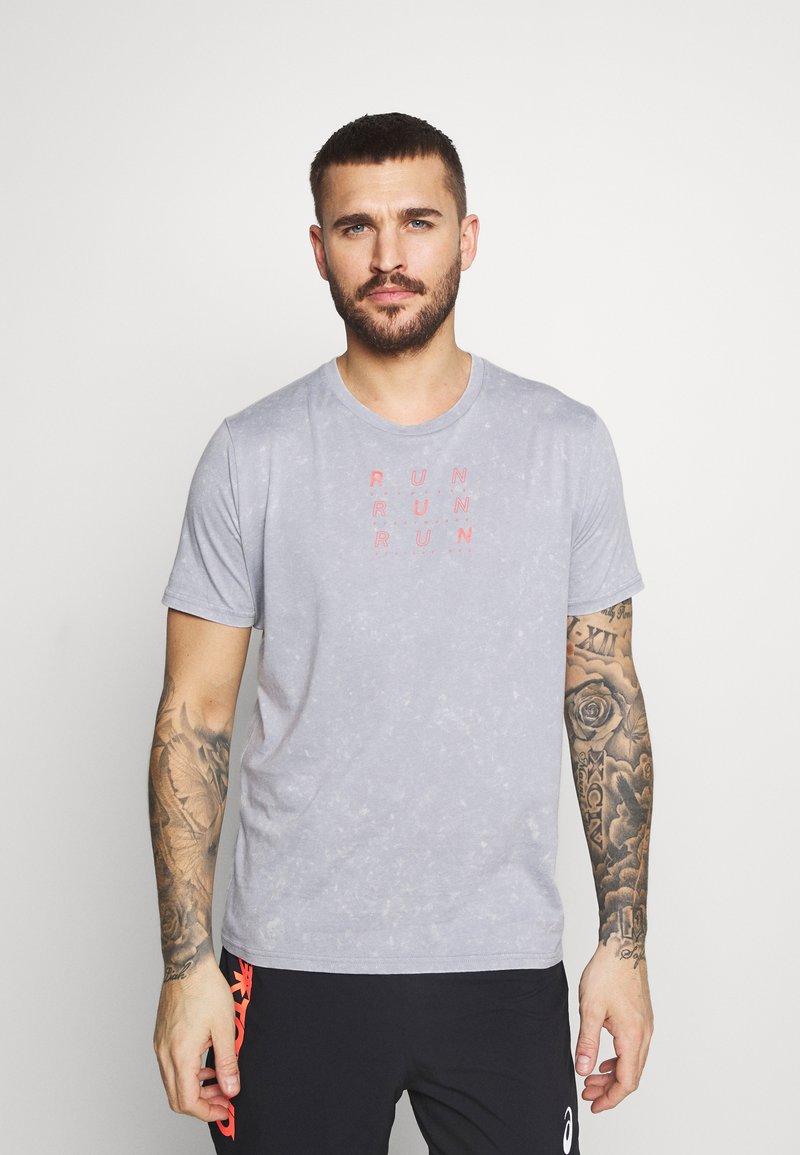 Under Armour - RUN ANYWHERE - Print T-shirt - steel