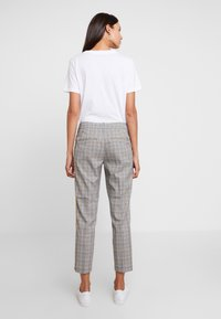 TOM TAILOR DENIM - CIGARETTE PANTS - Pantalon classique - grey/yellow - 3
