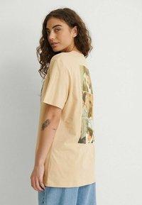 NA-KD - Print T-shirt - beige more than friends - 2