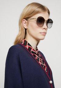 Gucci - Aurinkolasit - gold-coloured/grey - 1