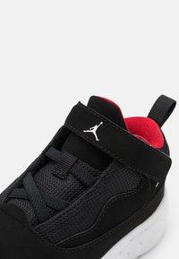 Jordan - MAX AURA 2 UNISEX - Basketball shoes - black/white/gym red - 5