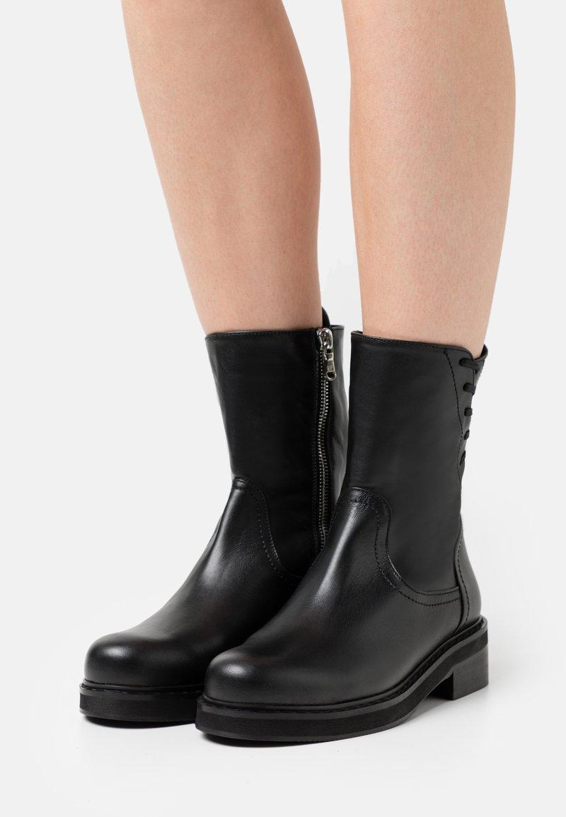 Patrizia Pepe - Šněrovací kotníkové boty - nero