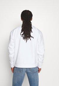 Karl Kani - SERIF CREW - Sweatshirt - white - 2