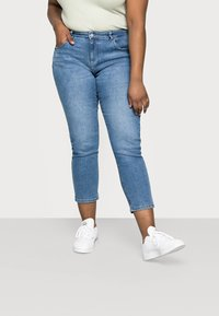 ONLY Carmakoma - CARHYSON LIFE GIRLFRIEND - Jeans Skinny Fit - medium blue denim - 0