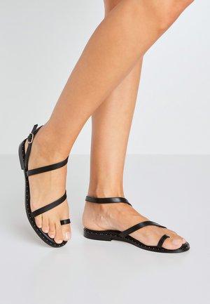 HAYES BASS - Sandály s odděleným palcem - black