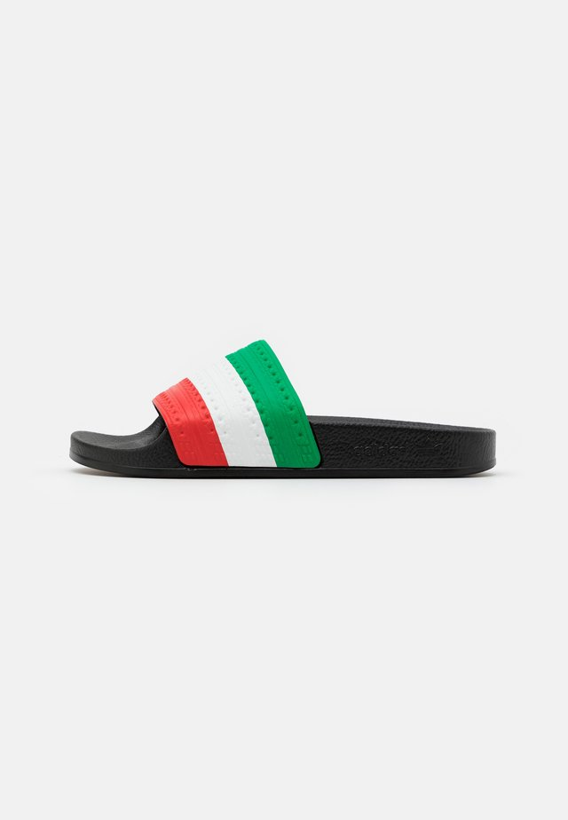 ADILETTE SPORTS INSPIRED SLIDES UNISEX - Sandalias planas - core black/green/red