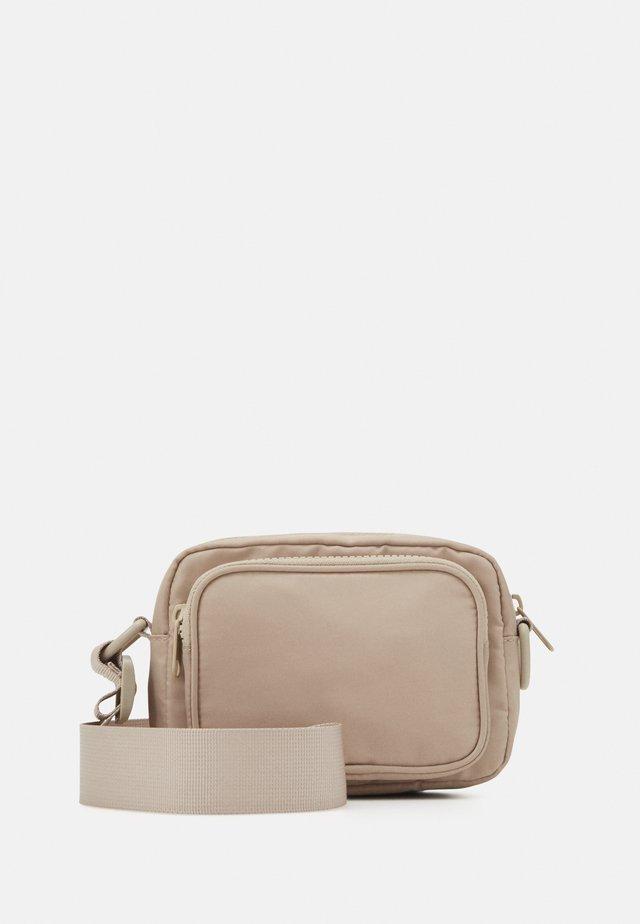 JINDER BAG - Taška spříčným popruhem - beige nylon