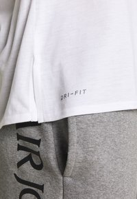 Jordan - ALPHA DRY - Print T-shirt - white/gym red/black - 5