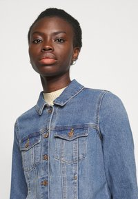 Vero Moda Tall - VMFAITH SLIM JACKET MIX - Džínová bunda - medium blue denim - 3