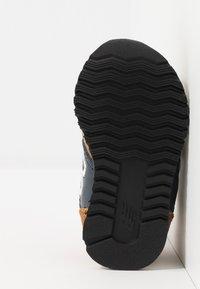 New Balance - IV520JB - Sneakers basse - brown/blue - 5
