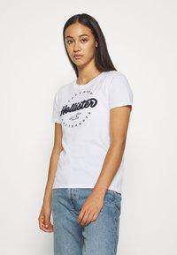 Hollister Co. - TECH CORE - T-shirt z nadrukiem - white circle - 0