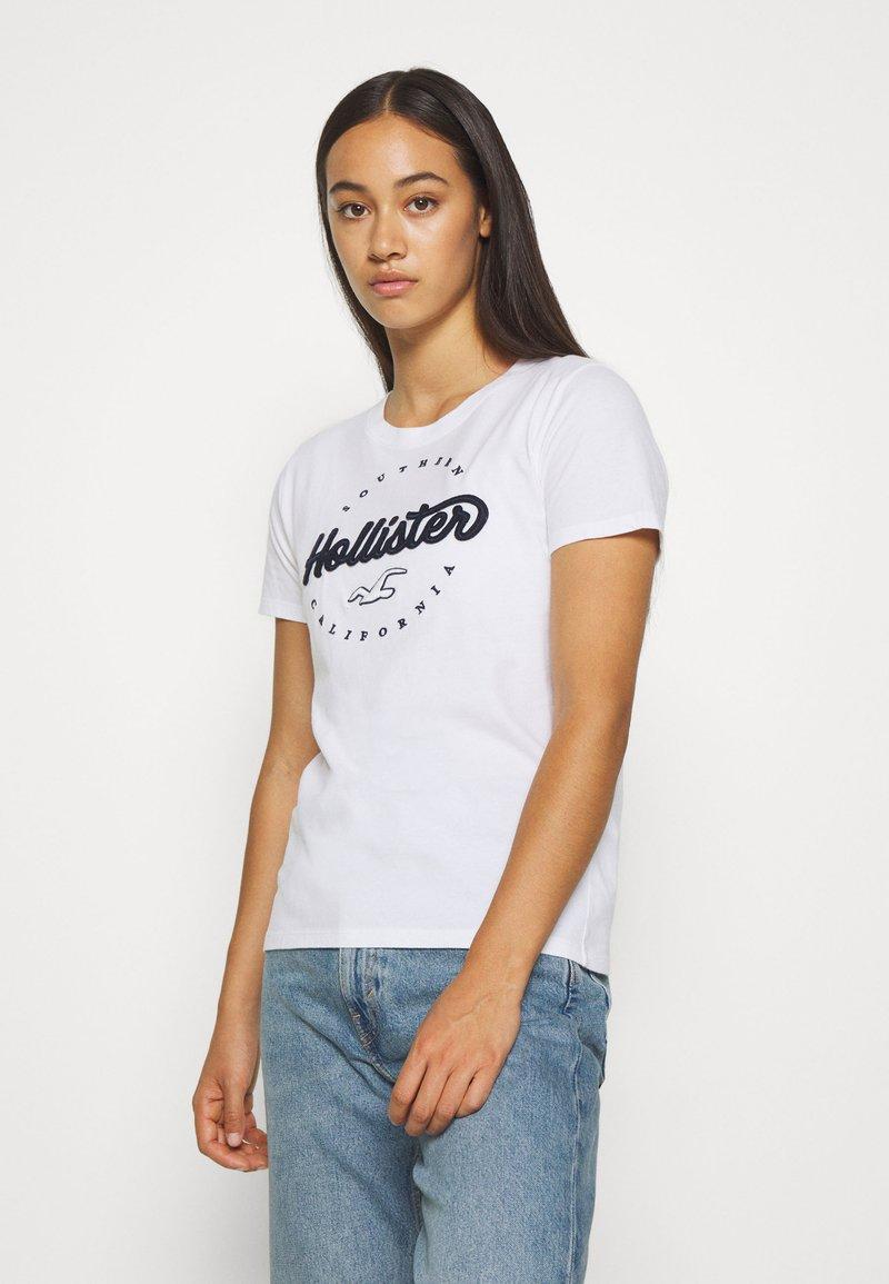 Hollister Co. - TECH CORE - T-shirt z nadrukiem - white circle