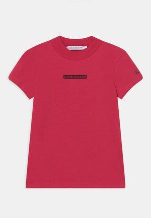 MICRO LOGO MOCK NECK - T-shirt imprimé - raspberry smoothie