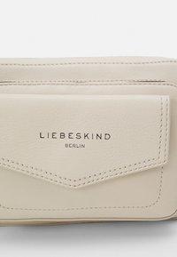 Liebeskind Berlin - CROSSBODY S - Axelremsväska - almond milk - 4