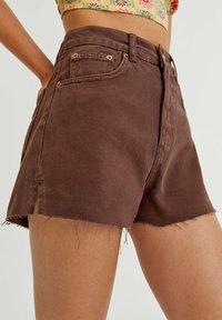 PULL&BEAR - MIT SEITLICHEM SCHLITZ - Denim shorts - mottled light brown - 3