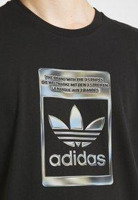 adidas Originals - CAMO INFILL TEE UNISEX - T-shirt med print - black - 3