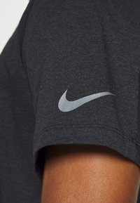 Nike Performance - BURNOUT - T-shirt print - black/smoke grey - 5