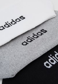 adidas Performance - 3 STRIPES ESSENTIALS SPORTS CREW SOCKS 3 PACK - Calcetines de deporte - white/black/medium grey heather - 1